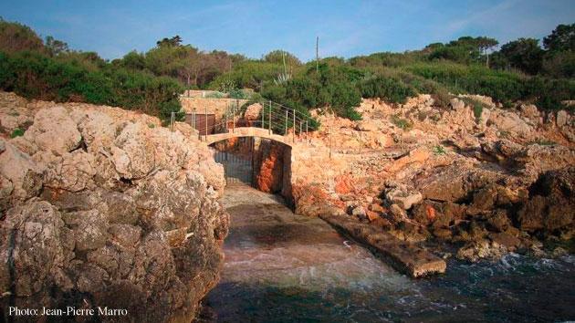 Entr�e d'une villa par la mer sur le Cap d'Antibes